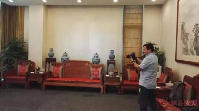 王健林在私人飞机上斗地主,鲁豫围观拍照,有个人却被ta迷住了
