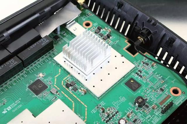 主要芯片上都有金属屏蔽罩,不过只有主控部分的屏蔽罩上有散热片,而且