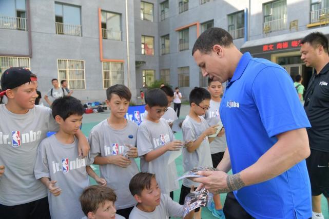 毕比进校园传授篮球技巧 送亲笔签名照 - 体育