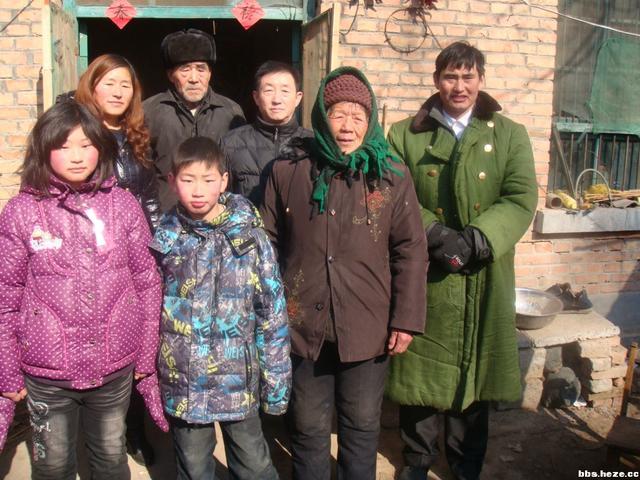 记者采访朱之文的儿子小伟,小伟被记者惹怒当场摔门而去