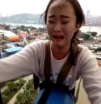 美女蹦极台上撕心裂肺了哭着,还是给教练推了