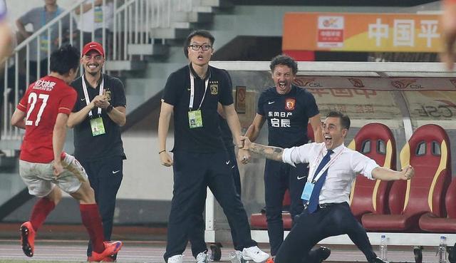加盟广州恒大的时候,卡纳瓦罗是带着一腔的热血,来到天河的。作为教练员的新人,能够有亚洲顶级豪门让他带队,卡帅带着憧憬、梦想和感恩。上任后,卡纳瓦罗凭借其强大的魅力,迅速捏合恒大全队,广州球员和球迷,也都十分尊敬他!