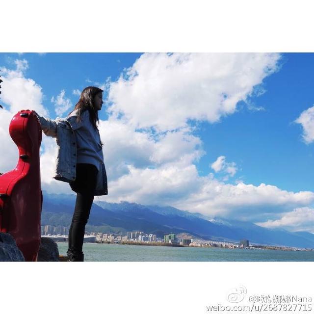 欧阳娜娜海边风景照漂亮可爱,修图依旧美图秀秀加白框,很少女