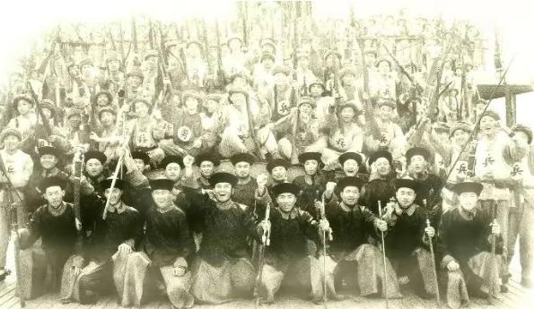 为何清朝士兵胸前有的有个勇字,和有兵字的