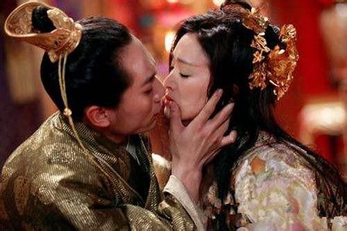 私生女本是陪嫁女一朝被宠成为皇后,不料亡国