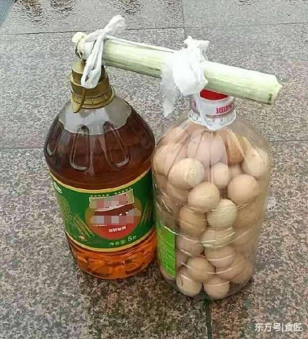 节返程途中遇难题:鸡蛋是怎么装进塑料油桶的