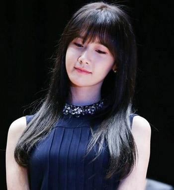林允儿的空气刘海发型可是今年的大热款之一,平刘海加上纯黑色的长
