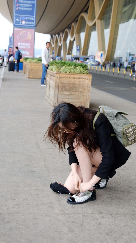 林允曝光一组机场街拍 表情时而鬼马时而呆萌性感撩人图片