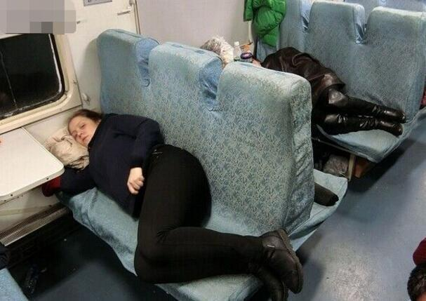 少女火车与俄女生发生:夜晚卧铺独处a少女一幕80百分之醒来的图片