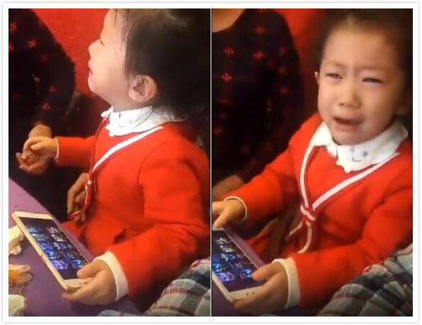 小女孩玩王者荣耀被坑哭得流鼻涕 母亲帮她擦