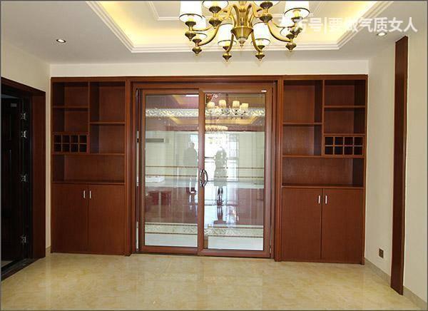进门左侧是厨房,推拉门,两边酒柜是标配,也是经典的.