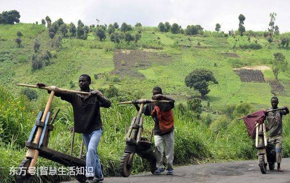 非洲偏远落后乡村有钱人出行,打啥样儿的车 -